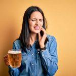 Consumo excesivo de alcohol y cómo afecta a la salud bucodental